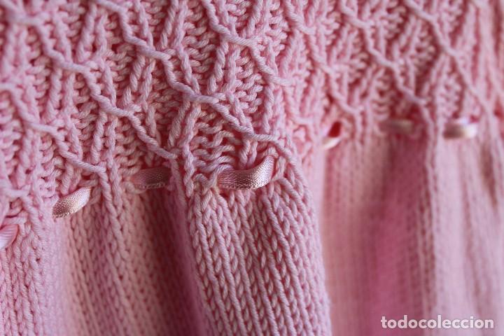 Antigüedades: Vestido artesanal de algodón para bebé niña o muñeca, textura punto de lana - Foto 6 - 99446843