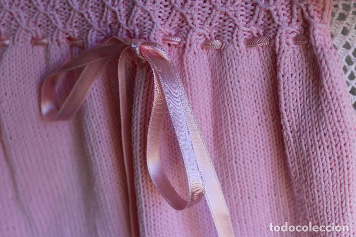 Antigüedades: Vestido artesanal de algodón para bebé niña o muñeca, textura punto de lana - Foto 10 - 99446843
