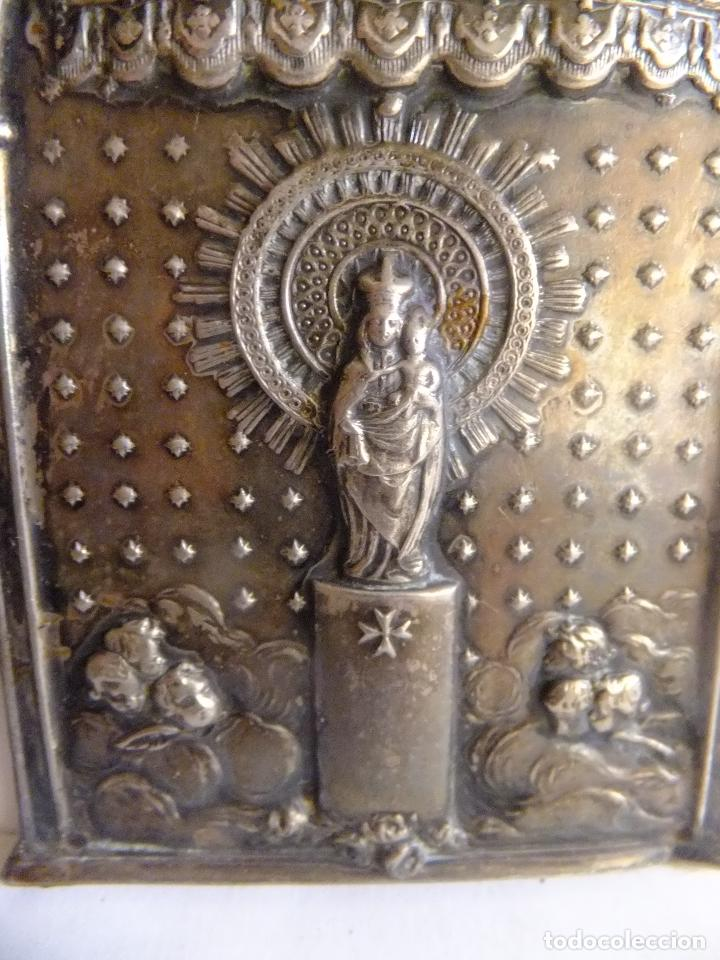 Antigüedades: Pequeño retablo en chapa de la Virgen del Pilar y figura de la imagen en plata. - Foto 2 - 99484871