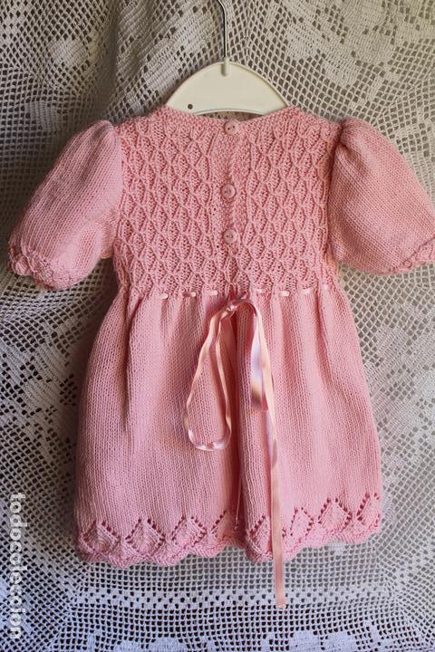Antigüedades: Vestido artesanal de algodón para bebé niña o muñeca, textura punto de lana - Foto 7 - 99446843