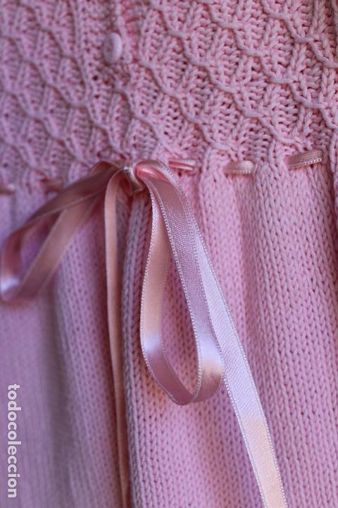 Antigüedades: Vestido artesanal de algodón para bebé niña o muñeca, textura punto de lana - Foto 11 - 99446843