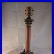 Antigüedades: LAMPARA ANTIGUA DE MARMOL ROSA CON CAPITEL EN BRONCE. Lote 99546559