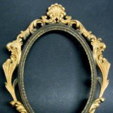 Antigüedades: BELLO MARCO PARA COLGAR ESTILO CLASICO EN METAL DORADO 25 CM. Lote 99554411