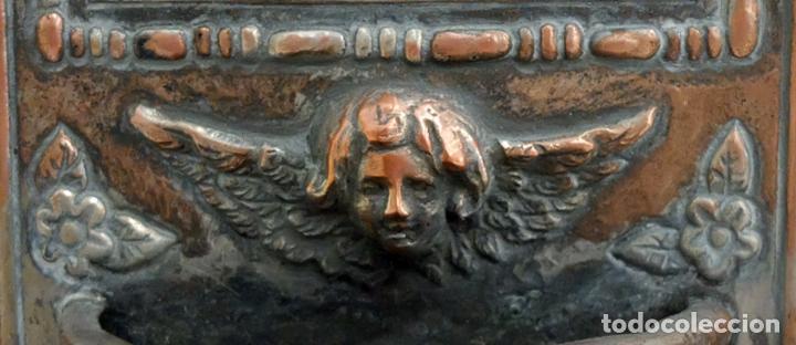 Antigüedades: PLAFON BENDITERA EN COBRE PLATEADO Y REPUJADO CON ESMALTE CENTRAL DE SAN JOSE Y NIÑO. SIGLO XIX - Foto 4 - 99624539