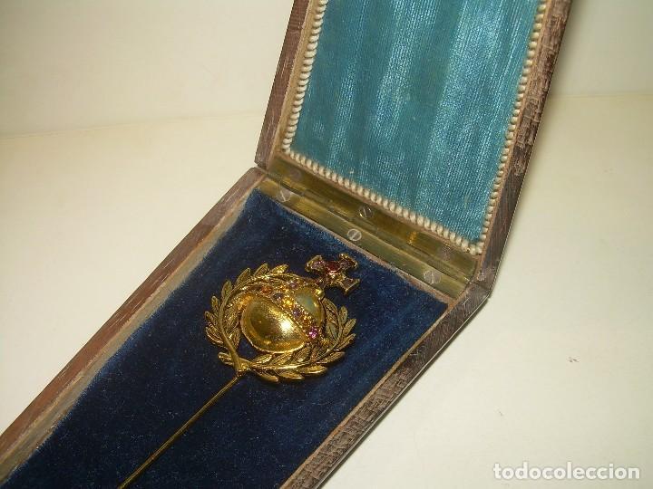 ANTIGUA Y BONITA MEDALLA O AGUJA RELIGIOSA DE PREDRERIA Y CAJA DE MADERA NOBLE. (Antigüedades - Religiosas - Medallas Antiguas)