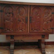 Antigüedades: MUEBLE TALLADO A MANO..AÑOS 1950..NOGAL.. Lote 99750278