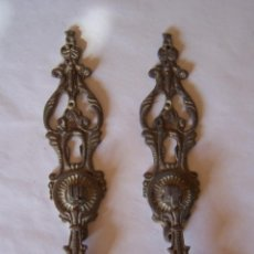 Antigüedades: DOS TIRADORES DE LATON. Lote 99808179