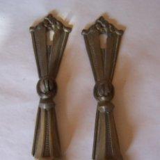 Antigüedades: DOS TIRADORES DE METAL ESTILO MODERNISTA. Lote 99808491