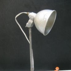 Antigüedades: PRECIOSA LAMPARA ANTIGUA ATELIER IDEAL USO Y DECORACION INDUSTRIAL HIERRO Y MARTELE EPOCA JIELDE . Lote 99874547