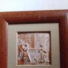 Antigüedades: PLACA DE CERÁMICA CON FIGURAS EN RELIEVE. REPRESENTA LA ANUNCIACIÓN. FIRMADA Y NUMERADA.ENMARCADA. Lote 99948663