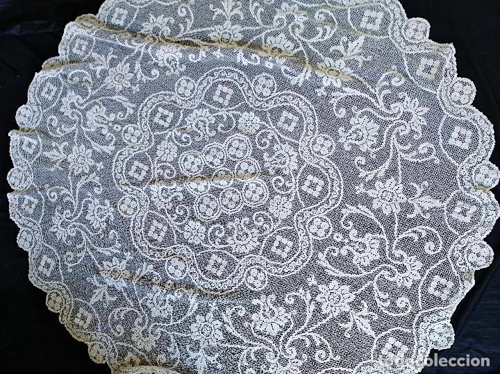 MANTEL, TAPETE REDONDO GRANDE O CUBRE CAMILLA DE ENCAJE DE RED, ANTIGUO. (Antigüedades - Hogar y Decoración - Manteles Antiguos)