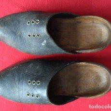 Antigüedades: ANTIGUOS ZUECOS DE MADERA Y CUERO. Lote 100039611