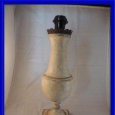 Antigüedades: LAMPARA PANTALLA ITALIANA DE MADERA EN DECAPE. Lote 100059435