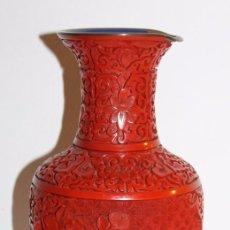 Antigüedades: JARRÓN CHINO - LACA ROJA DE CINABRIO - BASE DE MADERA - MEDIADOS DEL SIGLO XX. Lote 100063151