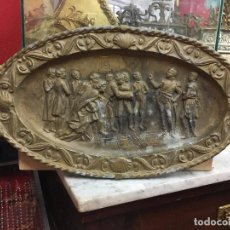 Antigüedades: ANTIGUA BANDEJA DE METAL CON RELIEVE CORONACION EPOCA NAPOLEON - MEDIDA 45X23,5 CM. Lote 100071667