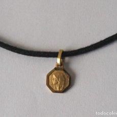 Antigüedades: PEQUEÑA MEDALLA DE METAL DORADO CON CORDON. 44 CM LARGO. 8 MM DIAMETRO. VER FOTOS Y DESCRIPCION. Lote 100145247