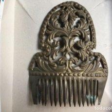 Antigüedades: ANTIGUA PEINETA DE LATONA CINCELADA A MANO. Lote 100153655