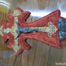 Antigüedades: PRECIOSA CRUZ DE TERCIOPELO CON CRISTO METALICO . Lote 100178971