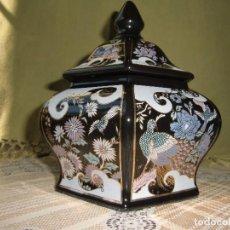 Antigüedades: JARRON NEGRO HEXAGONAL CON TERMINACIONES EN ORO CON TAPA. . Lote 100242695