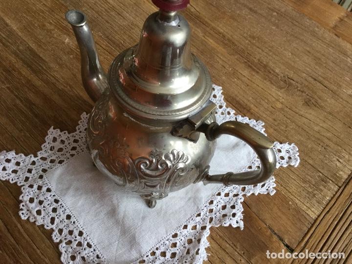 Antigüedades: Antigua tetera árabe maciza repujada con decoración geométrica. - Foto 3 - 100312471