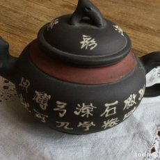 Antigüedades: ANTIGUA TETERA CHINA DE TERRACOTA POLICROMADA CON SELLO EN LA BASE.PIEZA DE COLECCIÓN. Lote 100342643
