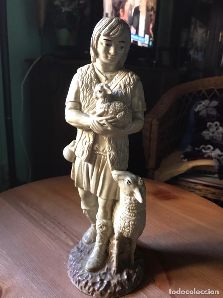 FIGURA DE RESINA, ALTURA 30 CM (Antigüedades - Hogar y Decoración - Figuras Antiguas)