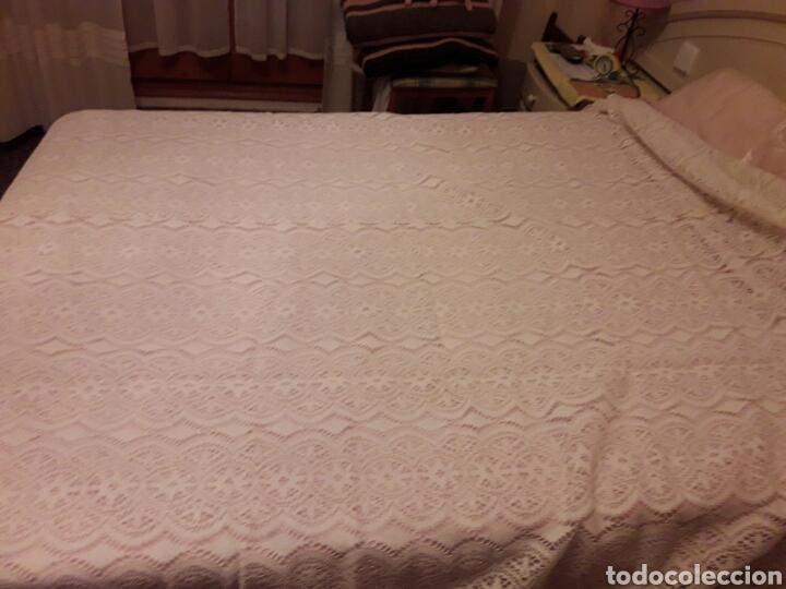 Antigüedades: Cubre camas precioso muy antiguo años 60 de encaje - Foto 4 - 101346450