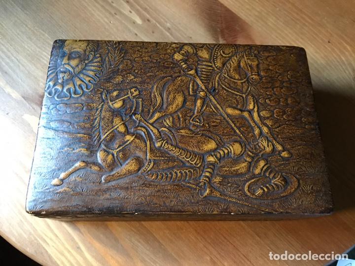 TABAQUERA DE MADERA FORRADA CON CUERO REPUJADO, AÑOS 60/70 (Antigüedades - Hogar y Decoración - Cajas Antiguas)
