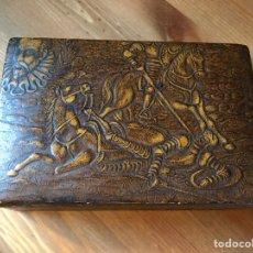Antigüedades: TABAQUERA DE MADERA FORRADA CON CUERO REPUJADO, AÑOS 60/70. Lote 100357911