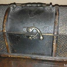 Antigüedades: BAÚL DE MADERA Y CUERO AÑOS 1950. Lote 100414604