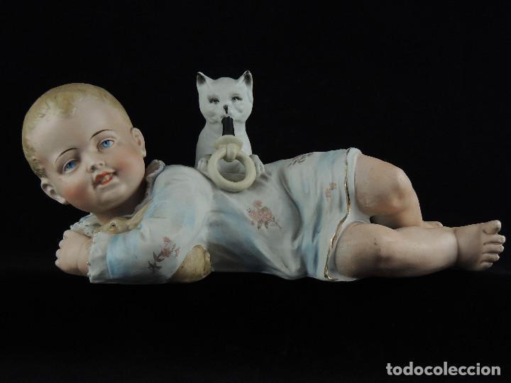 NIÑO BISCUIT CON GATO S.XIX (Antigüedades - Porcelanas y Cerámicas - Otras)