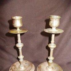 Antigüedades: ANTIGUA PAREJA DE CANDELABROS DE COBRE. Lote 100495947