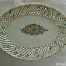 Antigüedades: ANTIGUA BANDEJA DE PORCELANA TRENZADA MANISES. Lote 100546339