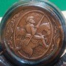 Antigüedades: BARRIL PRECIOSO EN CRISTAL ÁMBAR Y CUERO REPUJADO, CON DON QUIJOTE DE LA MANCHA. Lote 100554463