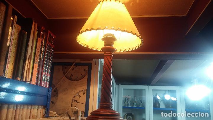 ESTUPENDA LAMPARA DE SOBREMESA EN MADERA, MUY ACOGEDORA. (Antigüedades - Iluminación - Apliques Antiguos)