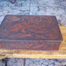 Antigüedades: CAJA ANTIGUA CON CUERO REPUJADO. Lote 100587559