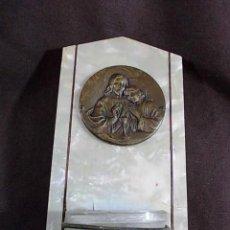 Antigüedades: ANTIGUA BENDITERA DE CRISTAL SOBRE MADERA CON PLANCHA NACARADA. . Lote 100631035