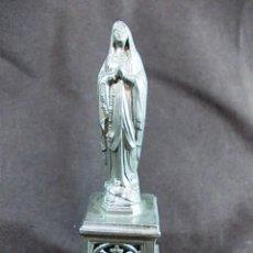 Antigüedades: ANTIGUA FIGURA VIRGEN SOBRE PEDESTAL LABRADO EN METAL. Lote 100631399