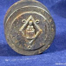 Antigüedades: TROQUEL MATRIZ CUÑO ORFEBRE PARA FABRICAR MEDALLA VIRGEN SENTADA CON NIÑO S XX ACERO 3,5X3C. Lote 100709203