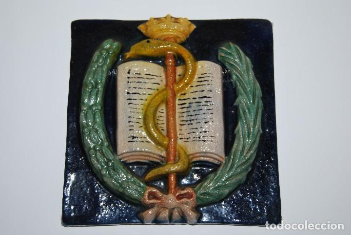 ANTIGUO AZULEJO DE CERÁMICA - BALDOSA - COPA DE HIGÍA - FARMACIA - RELIEVE (Antigüedades - Porcelanas y Cerámicas - Azulejos)