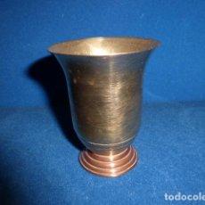 Antigüedades: ANTIGUO PORTAVELAS DE LATON CON LA BASE DE COBRE. . Lote 100871407