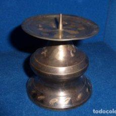 Antigüedades: ANTIGUO PORTAVELAS DE BRONCE PLATEADO CON DECORACIONES EN DORADO. . Lote 100999619