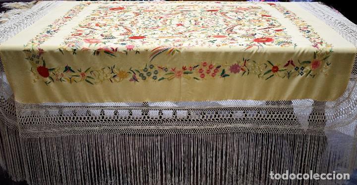 Antigüedades: Manton antiguo tipo de Manila bordado y fabricado en España. Medida tela 160x160 cm - Foto 2 - 101071199