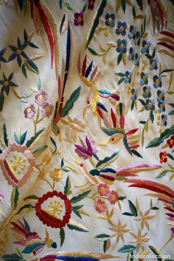 Antigüedades: Manton antiguo tipo de Manila bordado y fabricado en España. Medida tela 160x160 cm - Foto 3 - 101071199