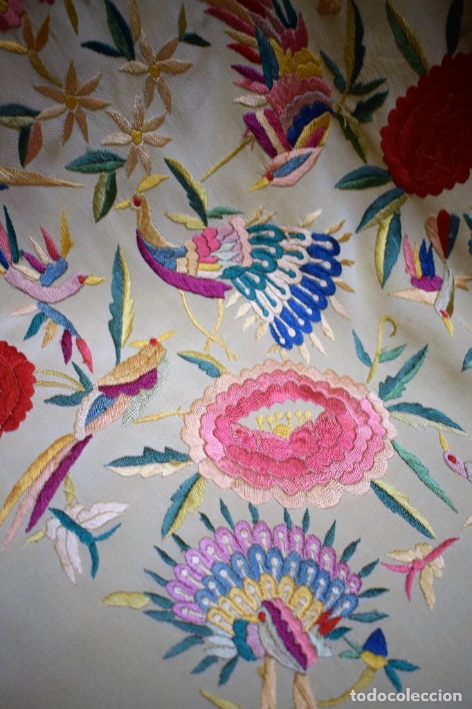 Antigüedades: Manton antiguo tipo de Manila bordado y fabricado en España. Medida tela 160x160 cm - Foto 4 - 101071199