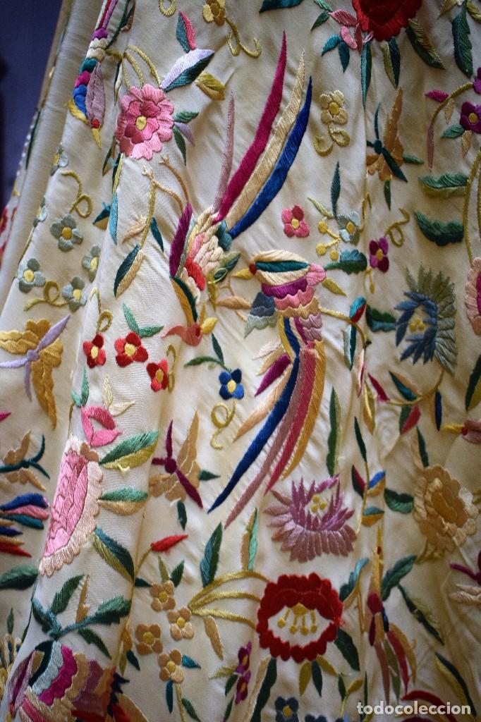 Antigüedades: Manton antiguo tipo de Manila bordado y fabricado en España. Medida tela 160x160 cm - Foto 6 - 101071199