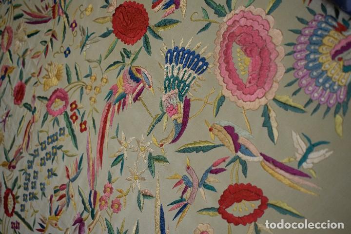 Antigüedades: Manton antiguo tipo de Manila bordado y fabricado en España. Medida tela 160x160 cm - Foto 7 - 101071199