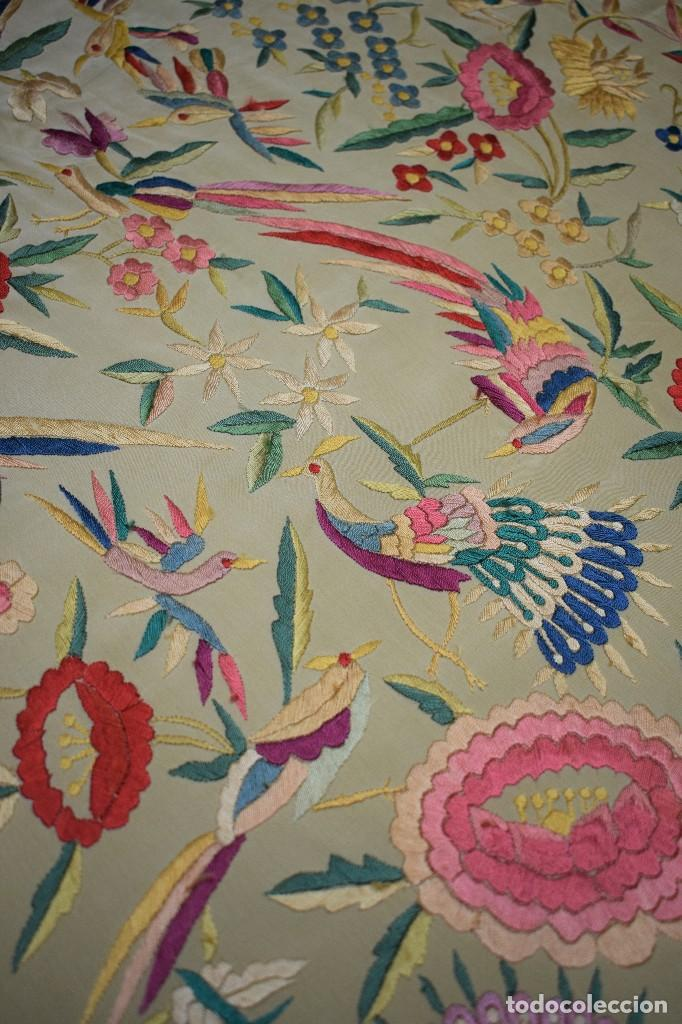 Antigüedades: Manton antiguo tipo de Manila bordado y fabricado en España. Medida tela 160x160 cm - Foto 8 - 101071199
