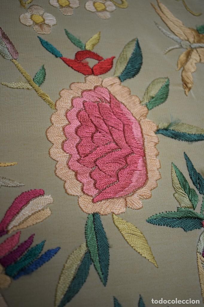 Antigüedades: Manton antiguo tipo de Manila bordado y fabricado en España. Medida tela 160x160 cm - Foto 9 - 101071199