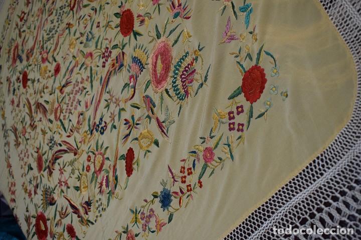 Antigüedades: Manton antiguo tipo de Manila bordado y fabricado en España. Medida tela 160x160 cm - Foto 10 - 101071199